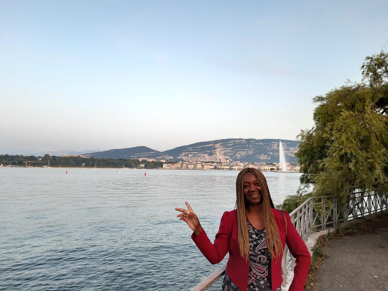 Madeleine Scherb au bord du lac de Genève